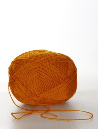 Uldgarn i brun-orange farve...